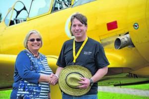 © Ellen Matzat Der erste Vorsitzende des Aero-Clubs Kehl e.V. begrüßt Mo Lang-Dahlke, Präsidentin des LVB e.V.